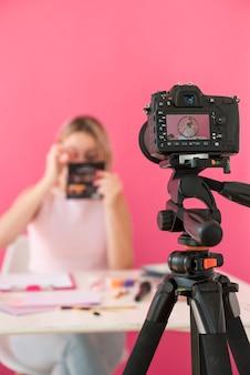 Loira influenciador gravador compõem vídeo