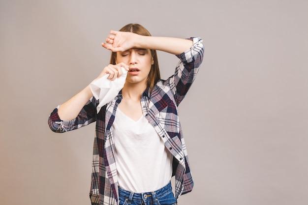 Loira jovem doente em casual com dor de garganta, segurando a mão na cabeça dela. dor na garganta, conceito de deglutição dolorosa