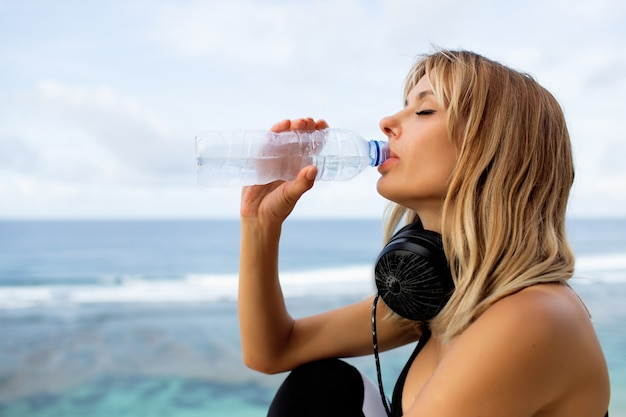 Loira linda bebendo água