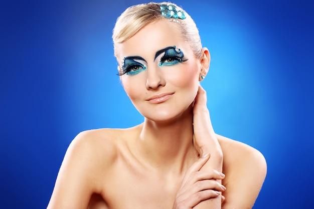 Loira linda com maquiagem artística