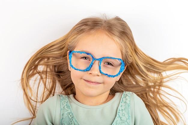 Loira linda com óculos 3d de plástico
