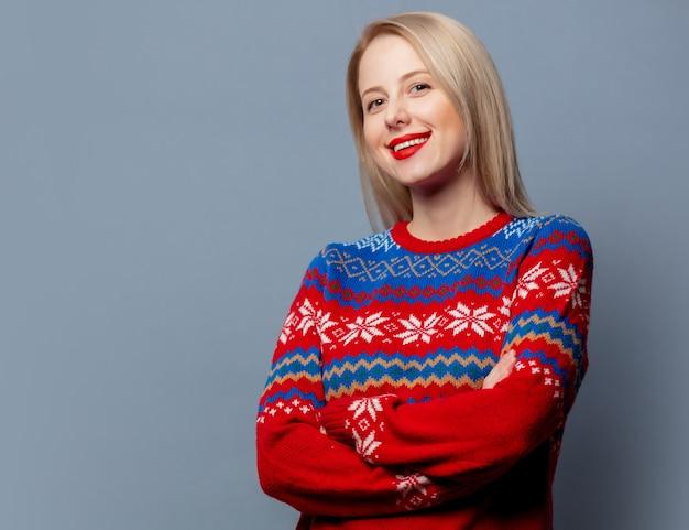 Loira linda com suéter de natal cinza