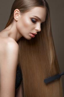 Loira linda com um cabelo perfeitamente liso, maquiagem clássica. rosto bonito
