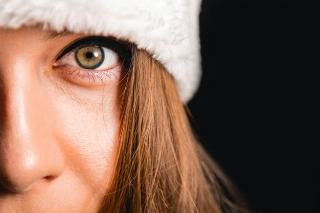 Loira linda com um chapéu de papai noel. fazendo um pedido aos sinos. conceito de ano novo.