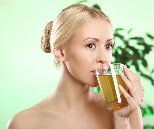 Loira linda com uma xícara de chá quente