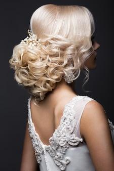 Loira linda na imagem da noiva com acessórios de casamento na cabeça dela. rosto bonito.