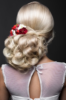 Loira linda na imagem da noiva com flores roxas na cabeça dela. rosto bonito.