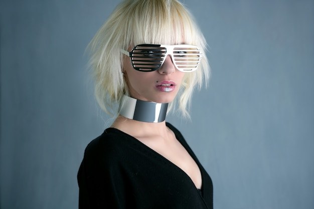 Loira moda futurista óculos prateado menina cinza fundo