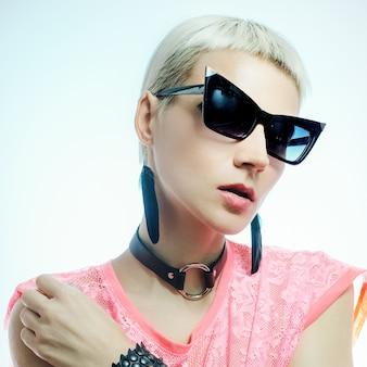 Loira sensual em acessórios de moda. óculos de sol e joias
