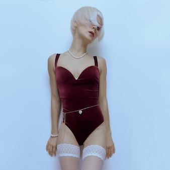 Loira sensual modelo em lingerie vintage de luxo. corpo em veludo. tendência de roupa íntima