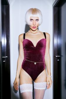 Loira sensual modelo em lingerie vintage sexy. conceito de encontro romântico