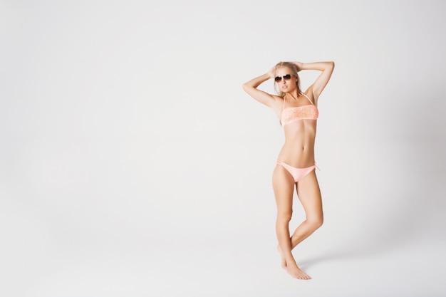 Loira sexy em óculos de sol