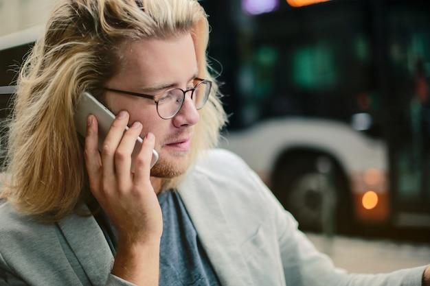 Loiro, homem negócios, conversa num smartphone
