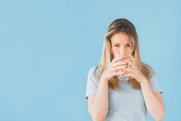 Loiro, menina, copo bebendo, de, água