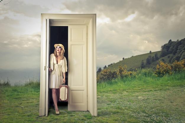 Loiro, mulher, abertura, um, porta
