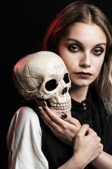 Loiro, mulher, com, cranio, ligado, ombro