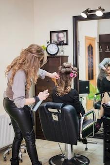 Loiro, mulher, obtendo, dela, cabelo
