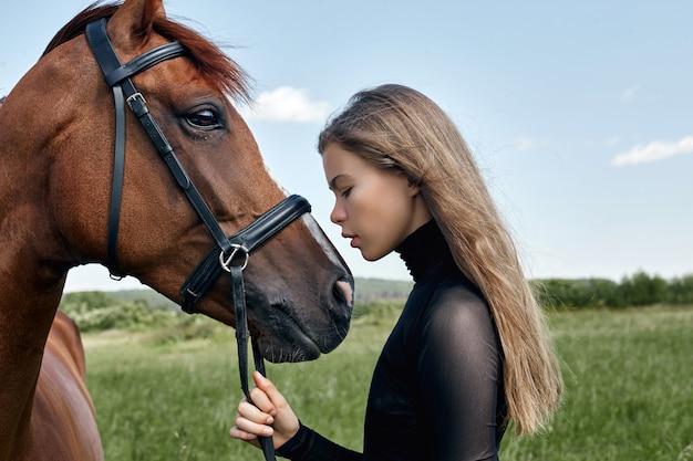 Loiro, mulher segura, um, cavalo, por, a, rédea