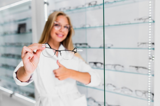 Loiro, mulher, segurando, óculos, quadro