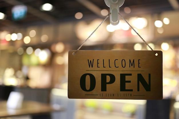 Loja aberta na placa da frente da loja, restaurante mostra o status de abertura