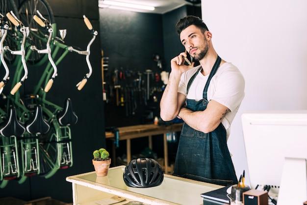 Loja de bicicletas com assistente de loja