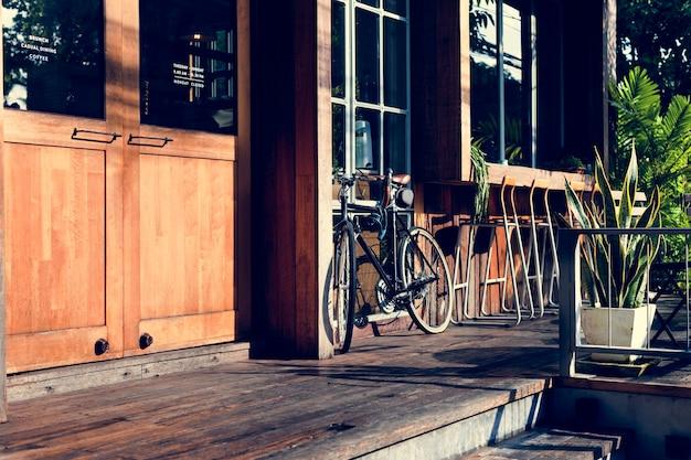 Loja de bicicletas estacionadas no exterior