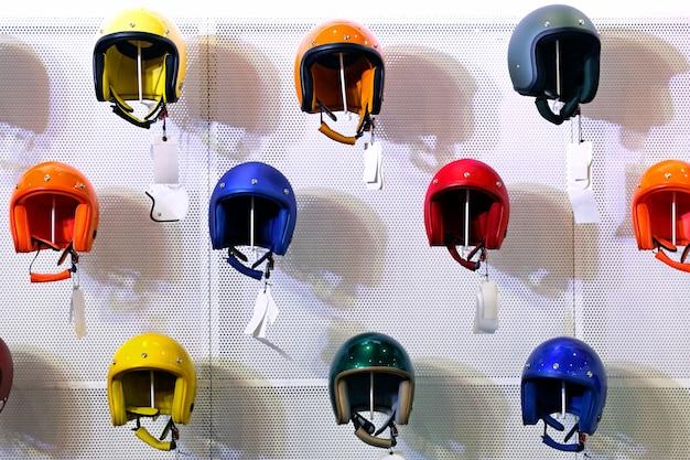 Loja de capacete colorido de motocicleta nas prateleiras
