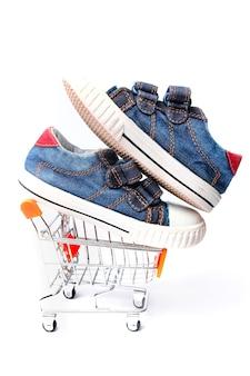 Loja de cestas elegantes com sapatos em um fundo branco