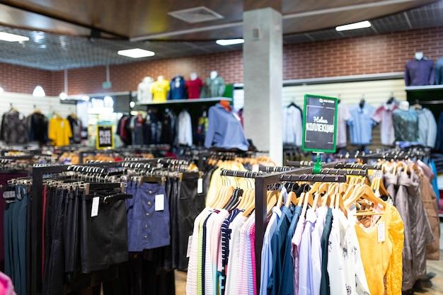 Loja de departamentos com grande variedade de roupas