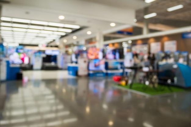 Loja de departamentos eletrônicos mostra televisão, tv e eletrodomésticos com luz bokeh de fundo desfocado