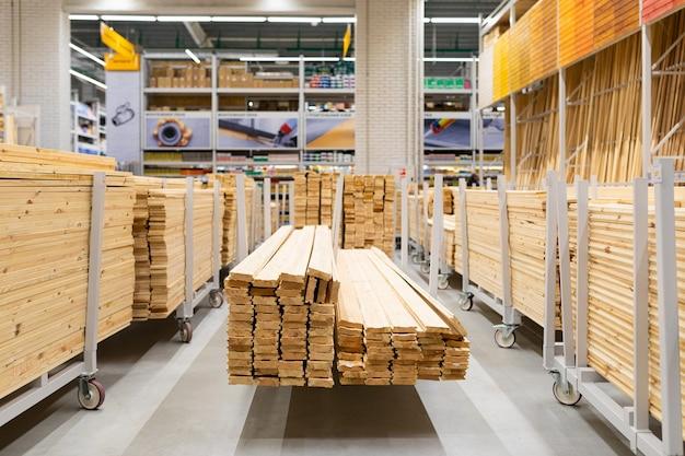 Loja de ferragens: prateleiras com grandes placas de madeira.