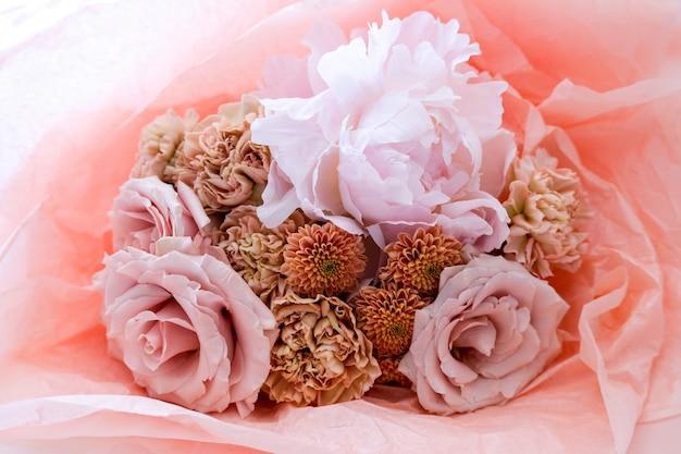Loja de flores com belas flores de férias. buquê de flores closeup.