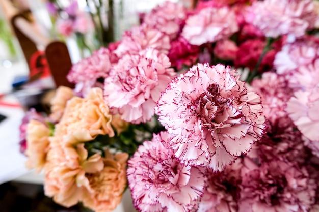 Loja de flores com belas flores de férias. flores em um vaso para decoração e buquê.