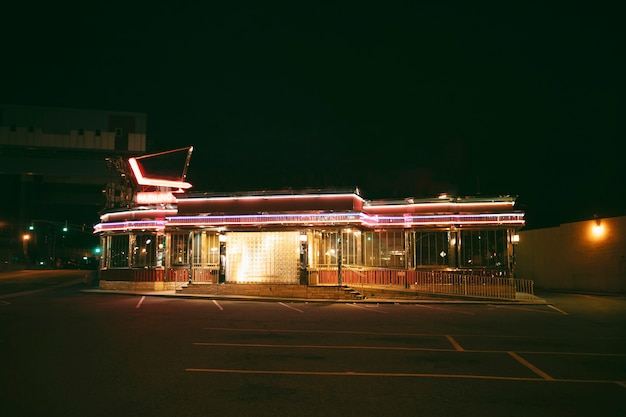Loja de iluminação na cidade à noite