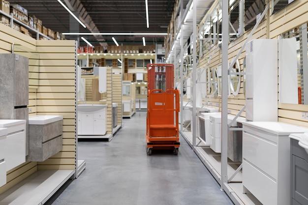 Loja de móveis de banheiro com uma ampla variedade de espelhos, armários e lavatórios.