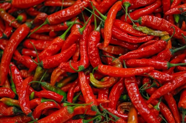 Loja de pimentões verdes e vermelhos frescos no mercado