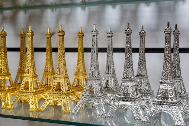 Loja de presentes em paris. pequenas cópias da torre eiffel.