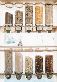 Loja de resíduos zero distribuidores para cereais, nozes e grãos em supermercado sustentável sem plástico