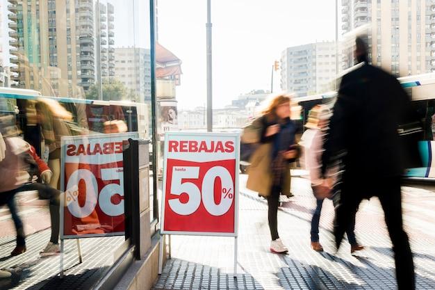 Loja de roupas com cartaz de vendas