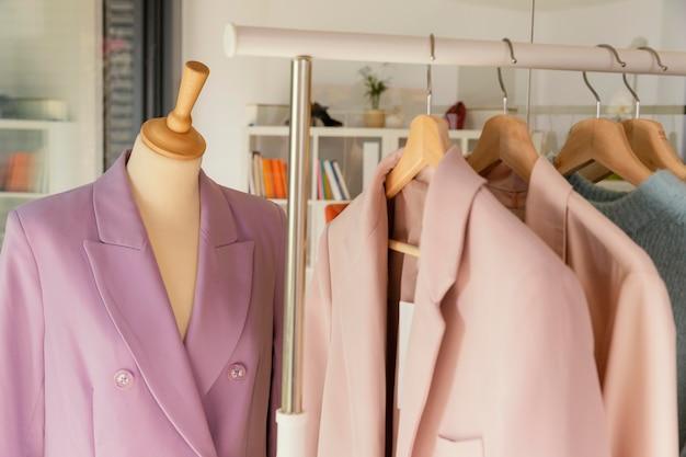 Loja de roupas com manequim de perto