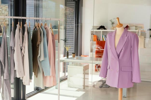 Loja de roupas com manequim