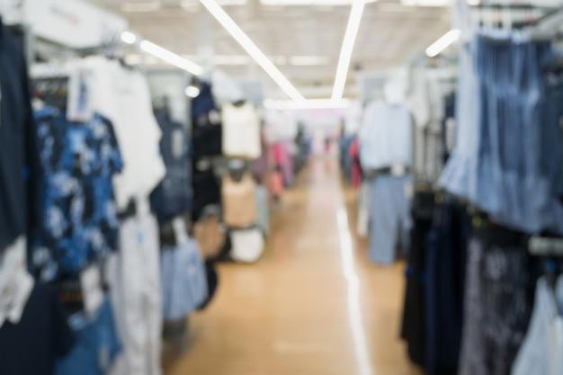 Loja de roupas da moda borrada abstrata no fundo do shopping