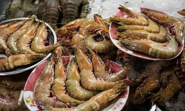 Loja de rua com camarão fresco