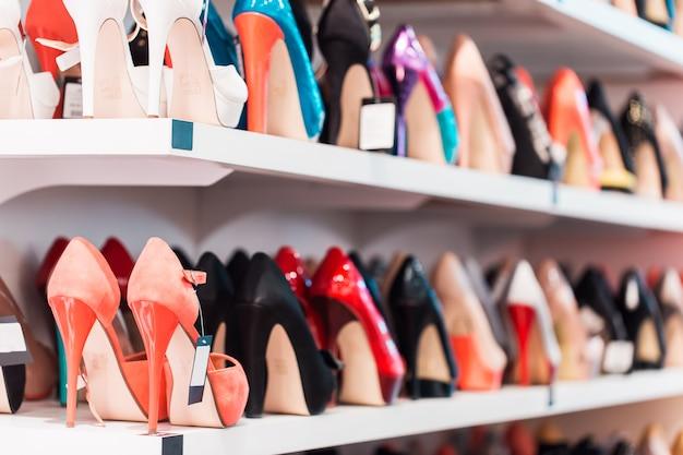 Loja de sapatos coloridos
