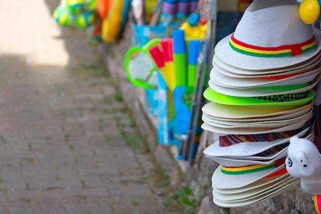 Loja de souvenirs com diferentes chapéus de verão. loja de presentes.
