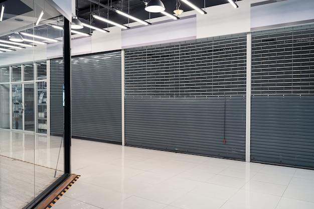 Loja de venezianas fechadas abandonada em loja de departamentos devido à condição econômica