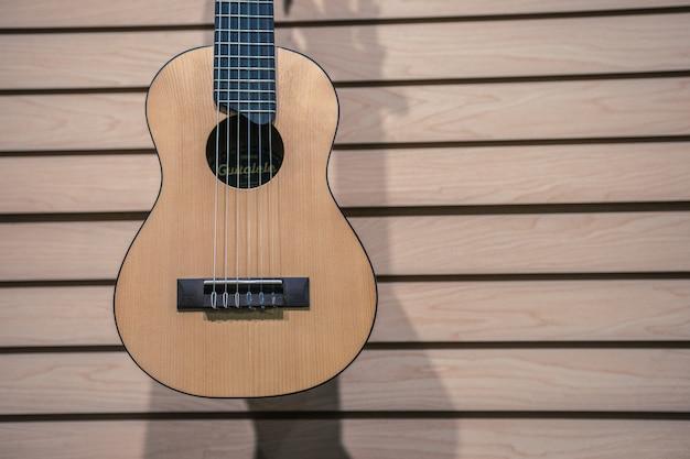 Loja de violões com violão na parede