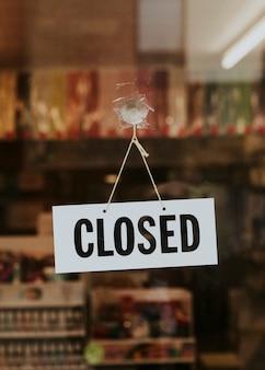 Loja fechada com placa