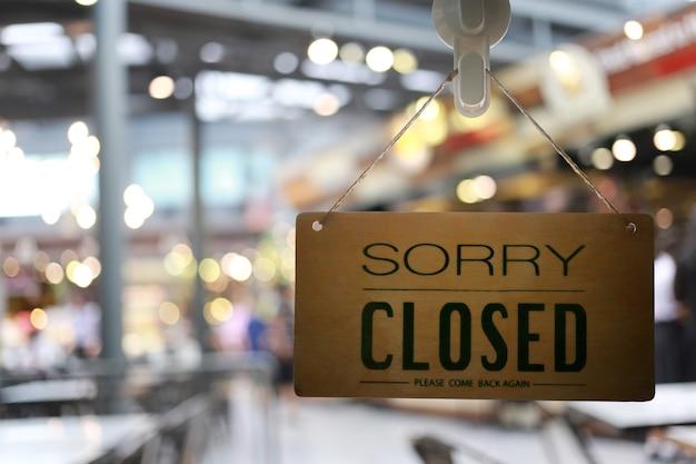 Loja fechada na placa da frente da loja, restaurante mostra o status de fechamento