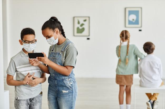 Loja mínima de diversos grupos de pessoas usando máscaras na galeria de arte moderna, copie o espaço